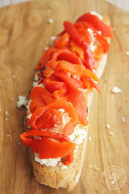 Tostas de queso feta y pimientos asados www.cocinandoentreolivos.com (6)