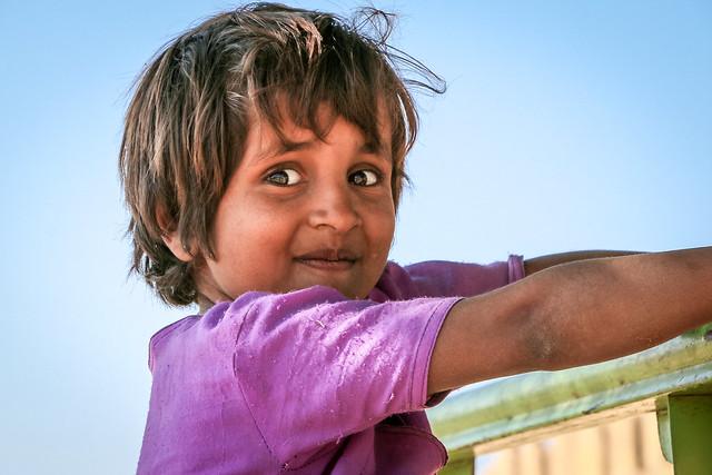 A cute girl at Lodurva Jain temple, Jaisalmer, India ジャイサルメール ロアーバのジャイナ教寺院前にいた少女