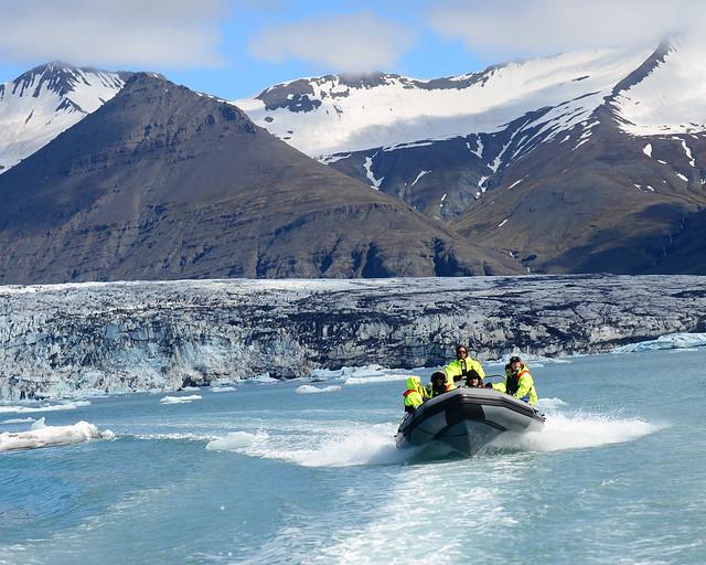 Nuestra zodiac a toda velocidad entre icebergs en Islandia
