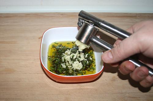 27 - Knoblauch dazu pressen / Add garlic