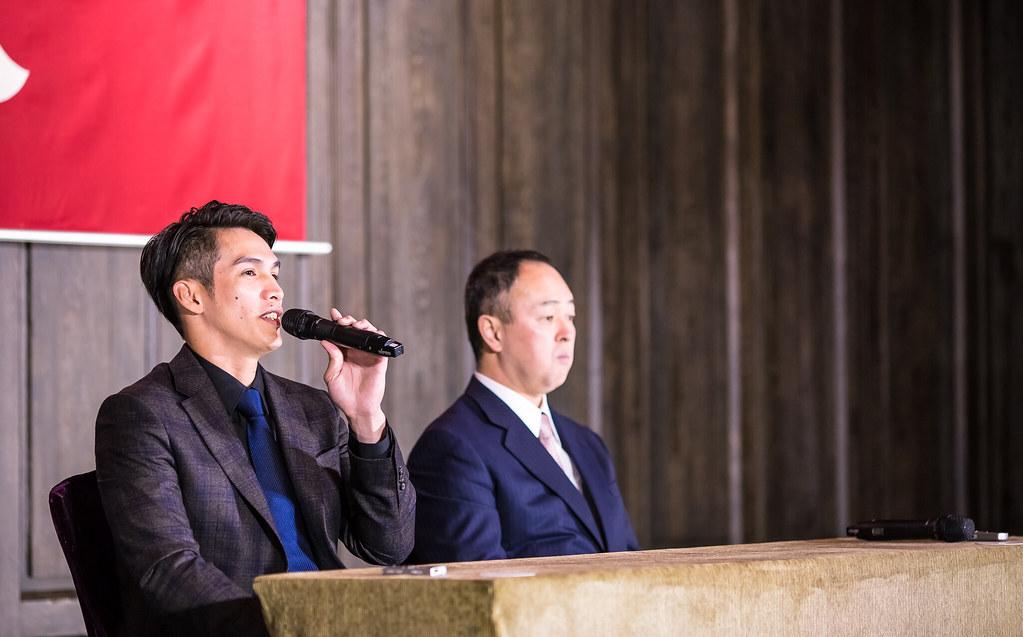 陽岱鋼(圖左)與巨人總經理堤辰佳。(侯禕縉/攝)