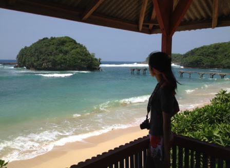 berfoto di pos pemantau Pantai Jembatan Panjang