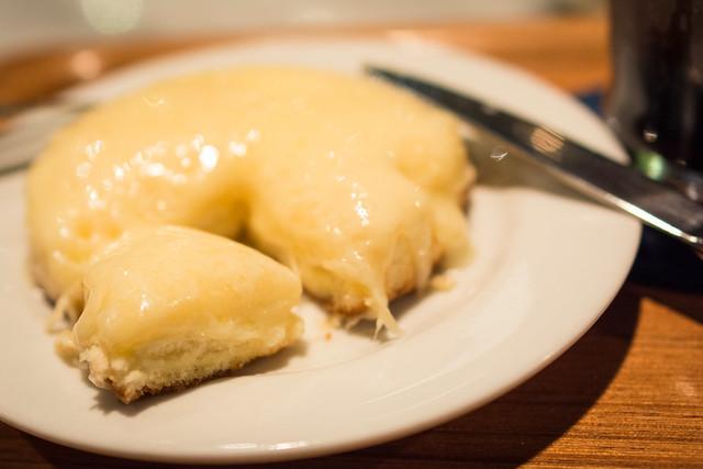 デンマークチーズケーキにフォークを入れてカットした写真
