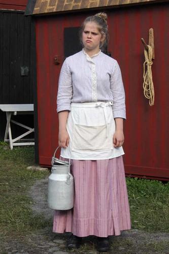 Lina sliter med mjölkningen.