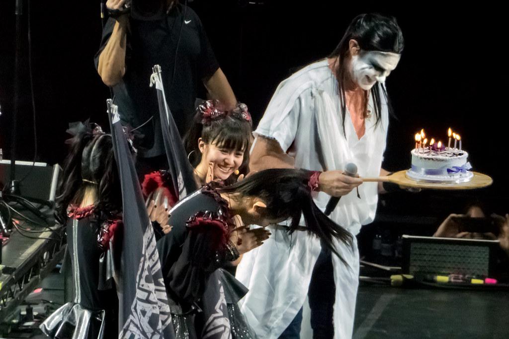 【音楽】レッド・ホット・チリ・ペッパーズのチャド、BABYMETALのステージに白装束で飛び入り SU-METALへのバースデーケーキも ★2©2ch.netYouTube動画>74本 ->画像>138枚