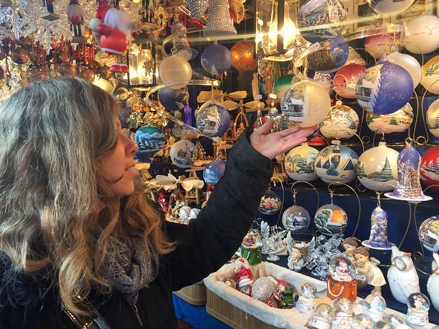 Rebeca en uno de los puestos del mercado navideño de Núremberg en Hauptmarkt
