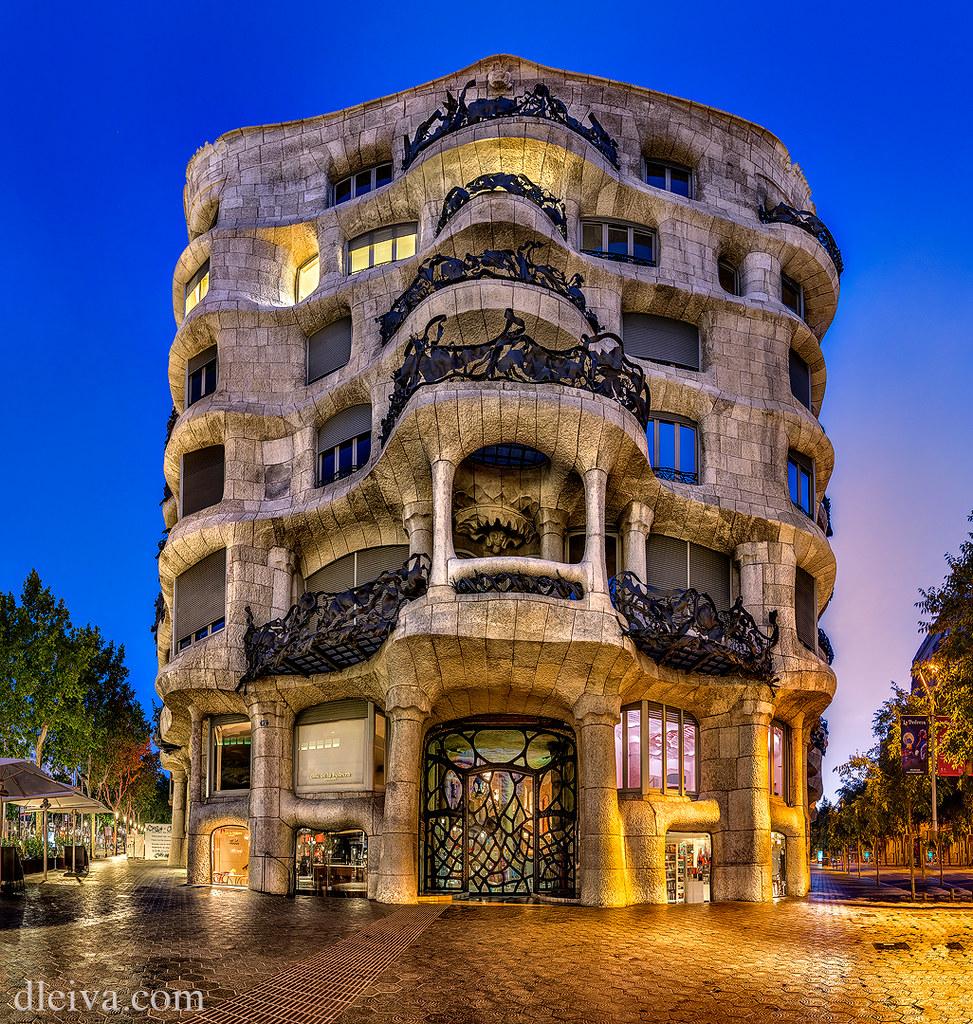 La pedrera de antoni gaud barcelona for Antoni gaudi sagrada familia architecture