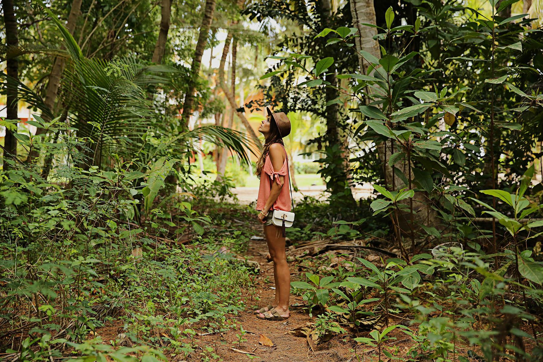 trendy-taste-look-outfit-street-style-ootd-blog-blogger-fashion-spain-moda-españa-boho-hippie-verano-birkenstock-bavaro-barcelo-khaki-caqui-shorts-sombrero-top-6