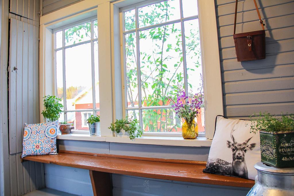 Vanhan talon kuisti eteVanhan talon kuisti eteinen sisäänkäynti yrtit luonnonkukat sisustusinen sisäänkäynti yrtit luonnonkukat