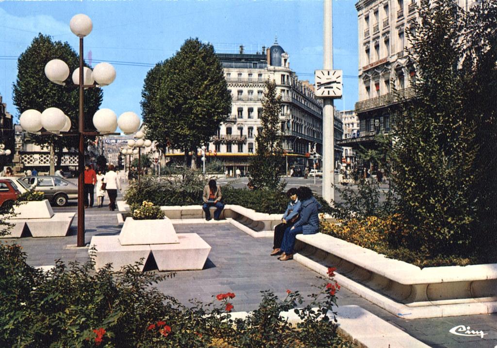Place de la République à Lyon après un nouveau lifting dans les années 70. Aujourd'hui les plots ont disparu pour laisser place à une place d'eau bien peu inspirée.