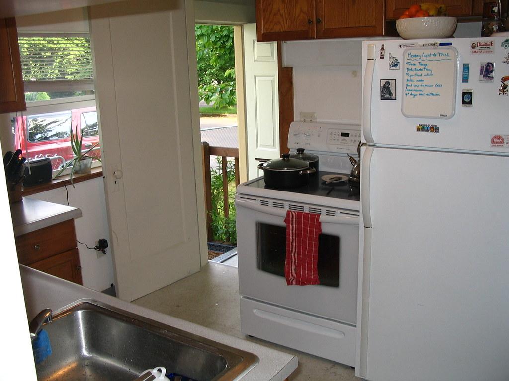 Kitchen Stove Small White Quats Backsplash