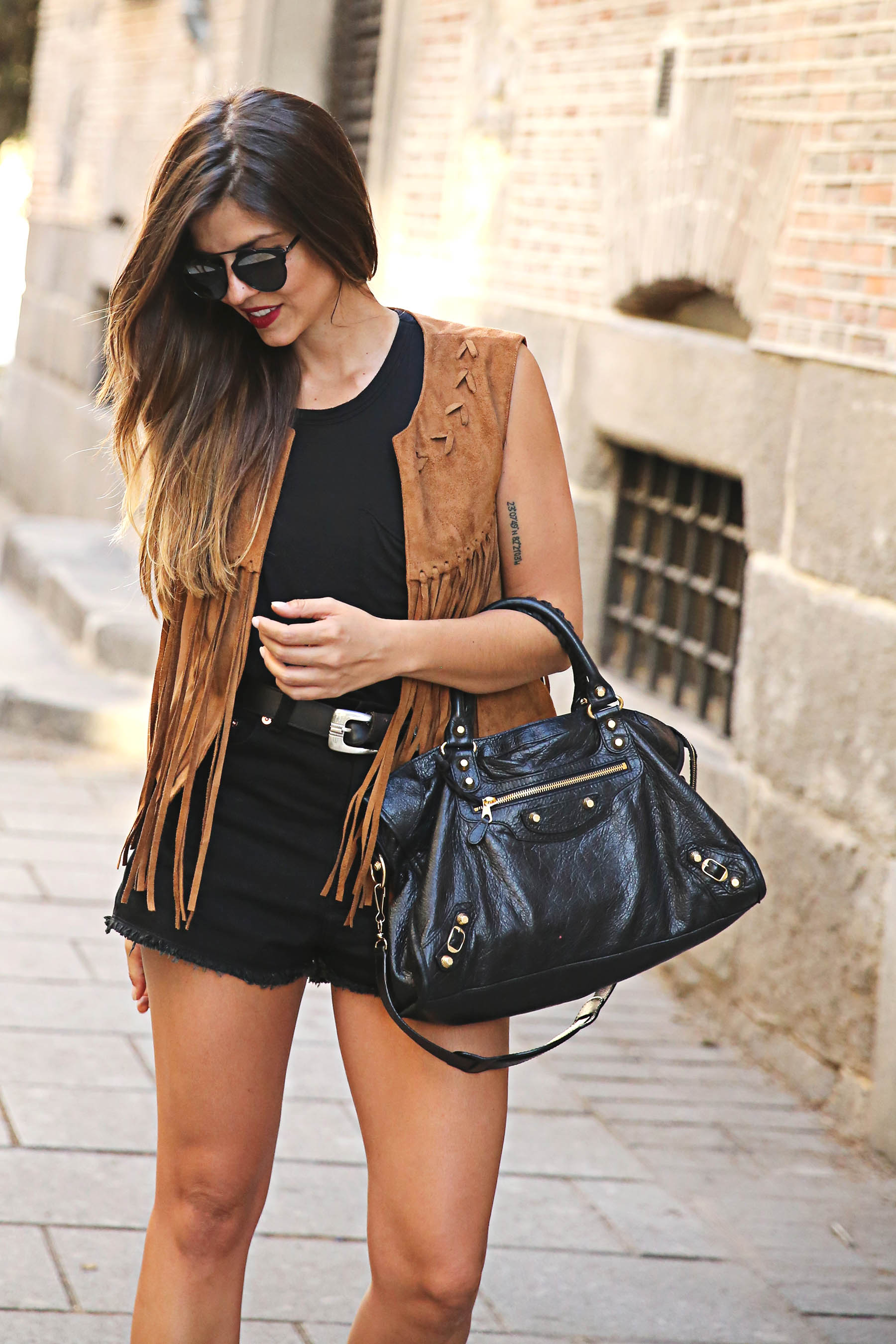 trendy-taste-look-outfit-street-style-ootd-blog-blogger-fashion-spain-moda-españa-chaleco-flecos-fringed-vest-balenciaga-mustt-botines-camperos-shorts-negros-dior-sunnies-gafas-9