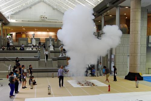 美術館に煙が