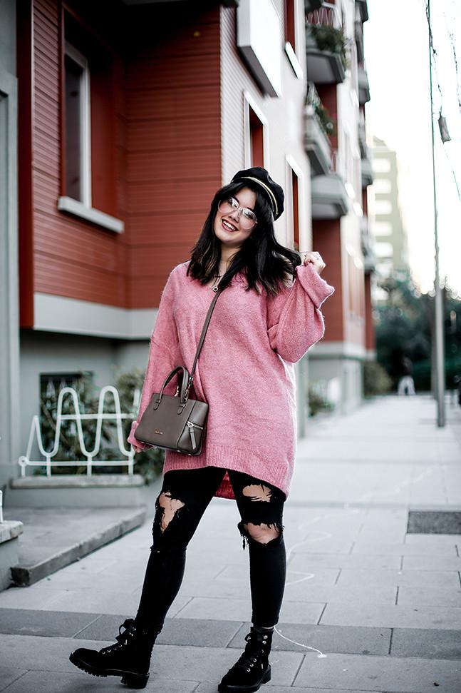 maxi-jersey-rosa-hm-pantalones-rotos-botas-terciopelo-stradivarius-carmen-acosta-streetstyle5
