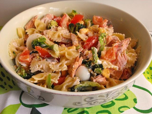 Salada de farfalle com salmão