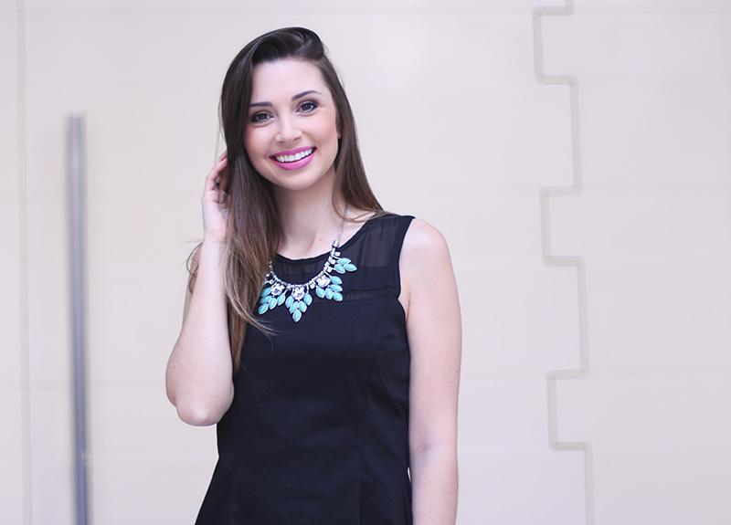5-vestido preto com colar turquesa look do dia jana taffarel