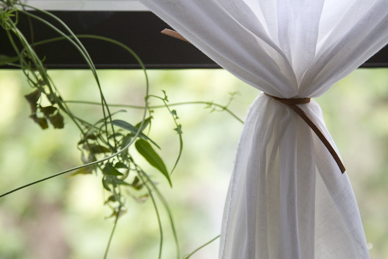 life in a tiny apartment: curtains | reading my tea leaves