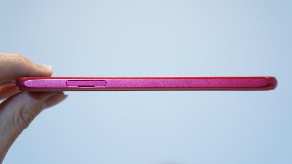 曲線と直線が融合、もちやすさとデザイン性を両立するデザイン