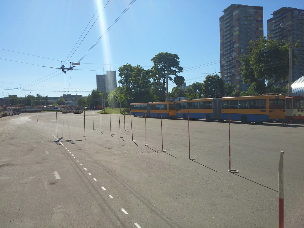 Čia irgi reikia sustoti atbulomis taip, kad troleibusas būtų visas už punktyrinės linijos.