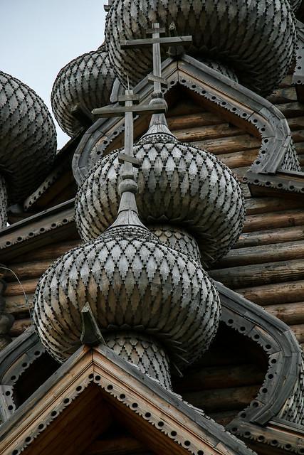 Wooden onion domes of Church of the Intercession, suburban Saint Petersburg, Russia サンクトペテルブルク郊外、木造建築のポクロフスキー聖堂の玉ネギドーム