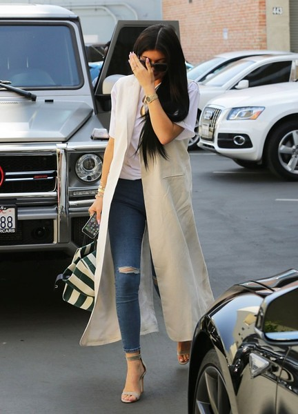 Kylie+Jenner+Kylie+Jenner+Stops+Dermatologist+50jlVl38USil