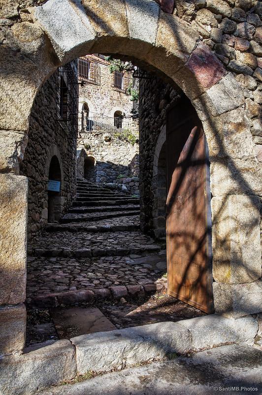 Puerta del Castillo de Requesens