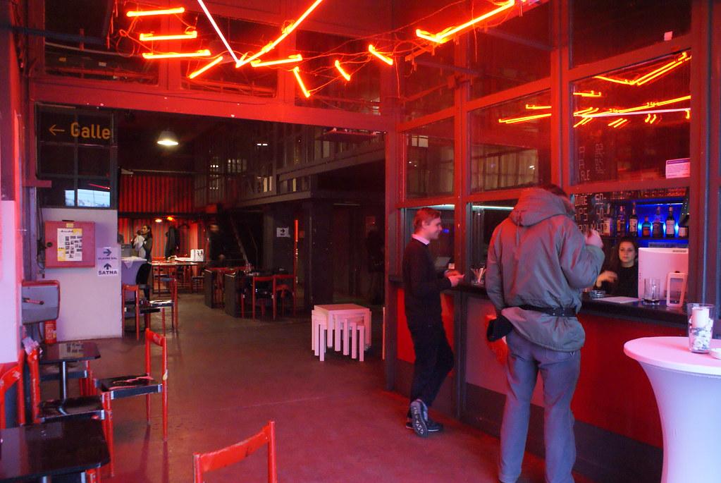 Café/bar à l'entrée de la Meet Factory à Prague.