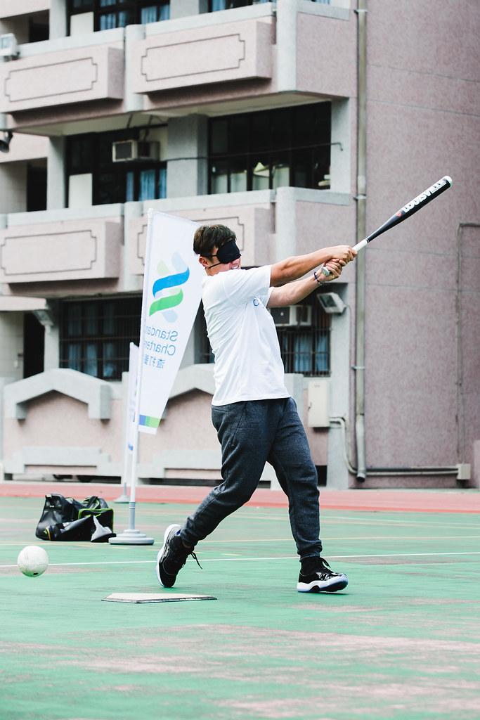 陳鏞基體驗盲人棒球。(渣打銀行提供)