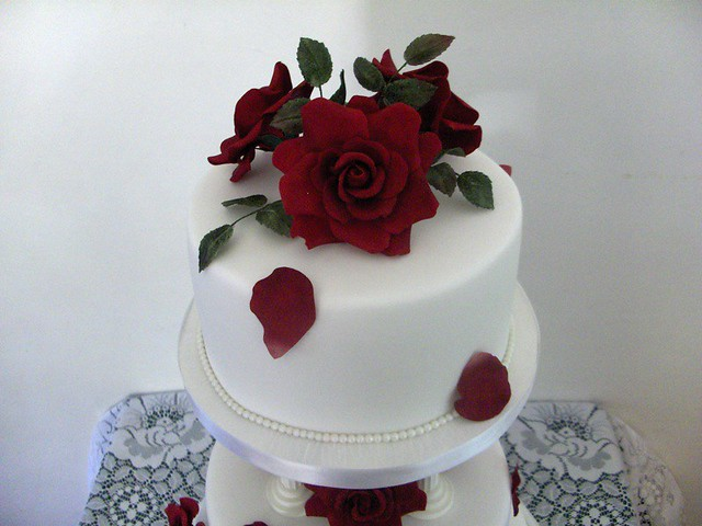 wedding cake with fresh red roses top tier wedding cake roses were made to match 26895