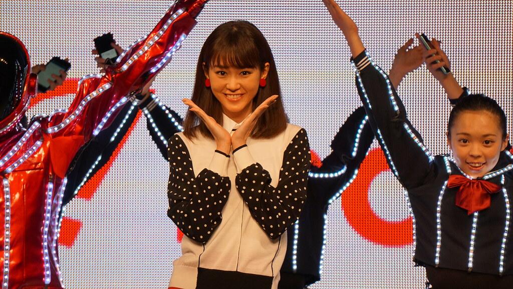 桐谷美玲とピコ太郎、ワイモバイル発表会でPPAPヤングマンバージョンを披露