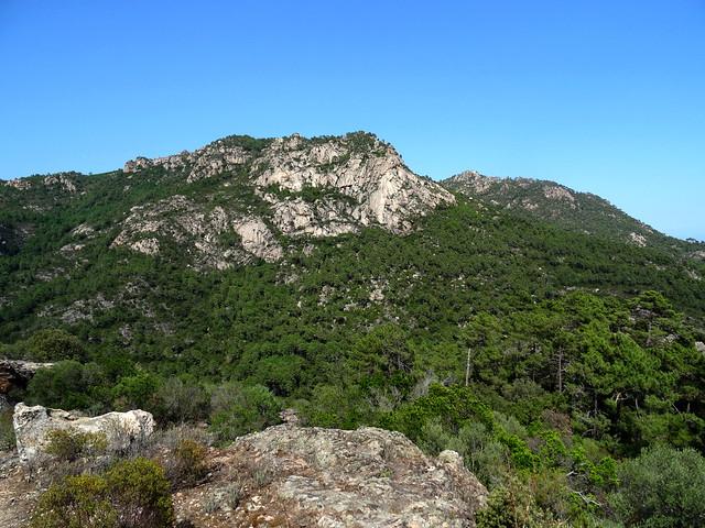 La falaise des contreforts de Punta Cinaghja