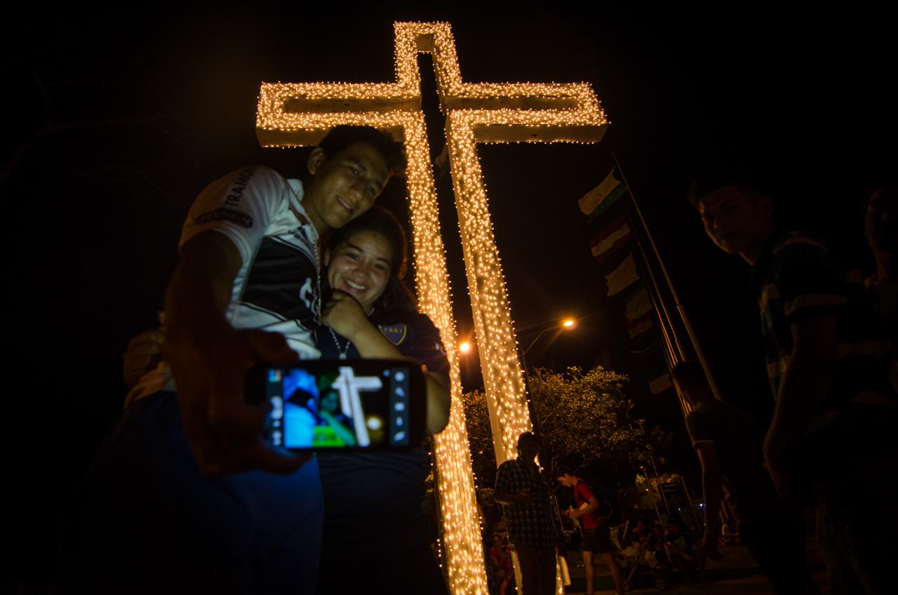 Los jóvenes aprovechaban la llegada a La Cruz de Peregrino para descansar y tomarse unas fotos frente a la cruz adornada con luces de navidad. (Elton Núñez).