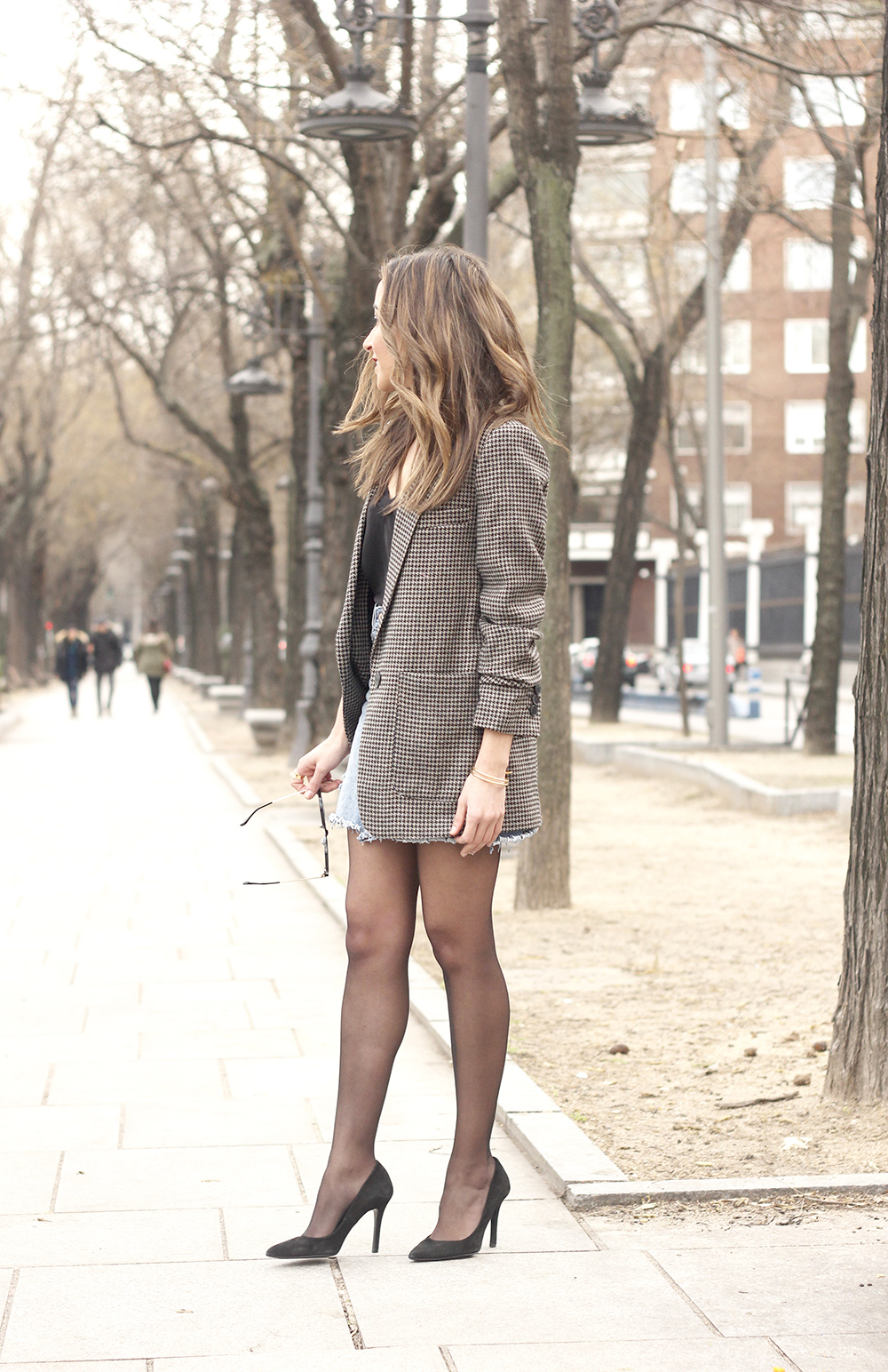 houndstooth blazer jacket denim skirt blue uterqüe bag black heels style fashion outfit01