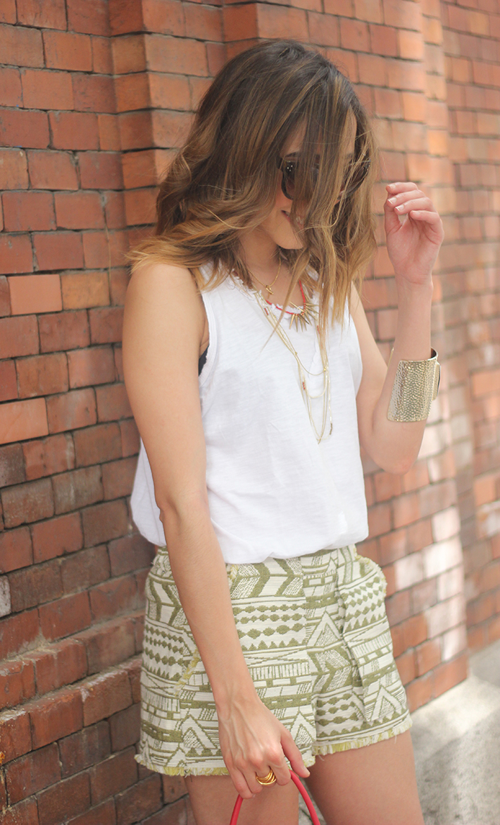 printed shorts zara white shirt summer outfit04