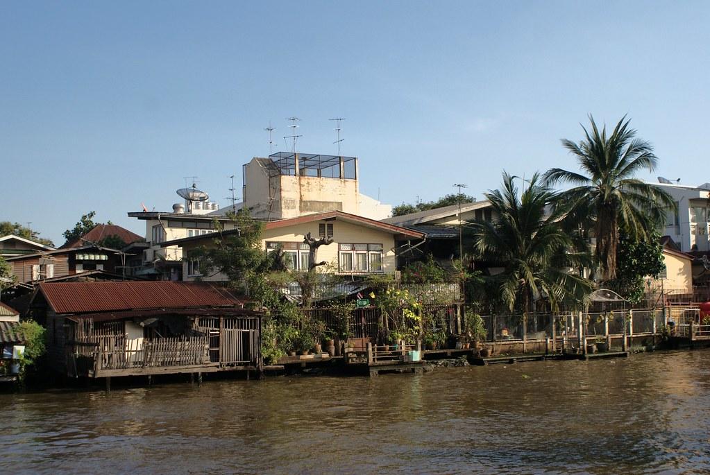 Maisons en bord de canaux utilisées ou non pour la navigation dans le quartier de Thonburi à Bangkok.