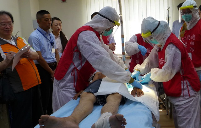 台北榮民總醫院,針對輻射病患傷勢進行除汙與外傷處置 。攝影:陳文姿。