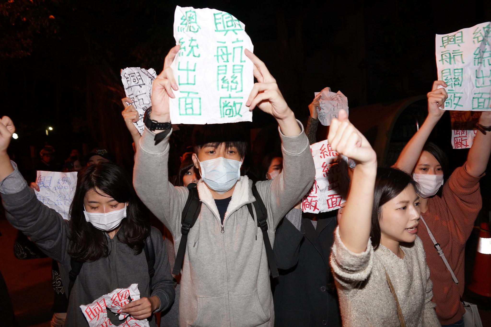 工會在官邸對面人行道持續高喊口號與訴求。(攝影:王顥中)