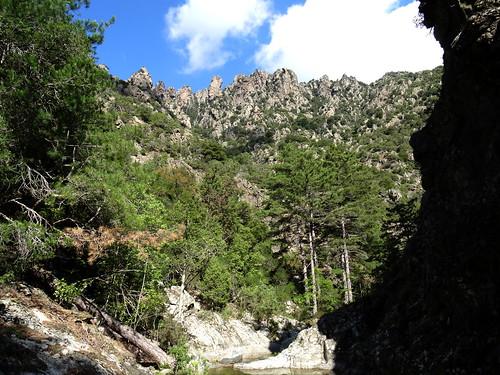 Arrivée au méandre de l'Ancinu en vue de l'arête rocheuse descendant de Punta a Corniaccia