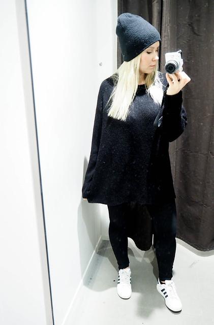 PB258333.jpgAllBlackOutfit11, PB258338.jpgAllBlackOutfitWinter, PB258349.jpgBlackOutfit, PB258346.jpgALlBlackOutfit, black outfit, musta asu, kokonaan musta asu, rento, casual, comfy, mukava, lämmin, warming outfit, oversized black sweater, paksu musta väljä neule, clothes, vaatteet, black friday, musta perjantai, talvi, winter, syksy, autumn, fall, asua, fashion, muoti, olympus pen epl, kamera, camera, zara musta neule, hm musta pipo, black beanie, black chunky oversized sweater, adidas sneakers, adidas tennarit, white adidas sneakers, valkoiset adidaksen tennarit, superstars,
