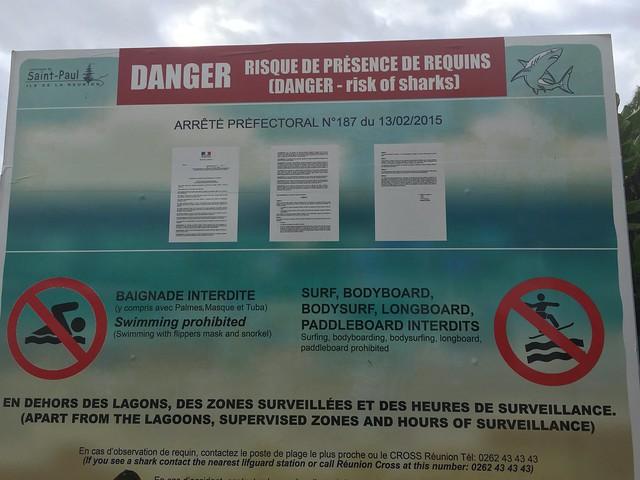 Cartel de prohibido el baño en el oeste de Isla Reunión por la presencia de tiburones