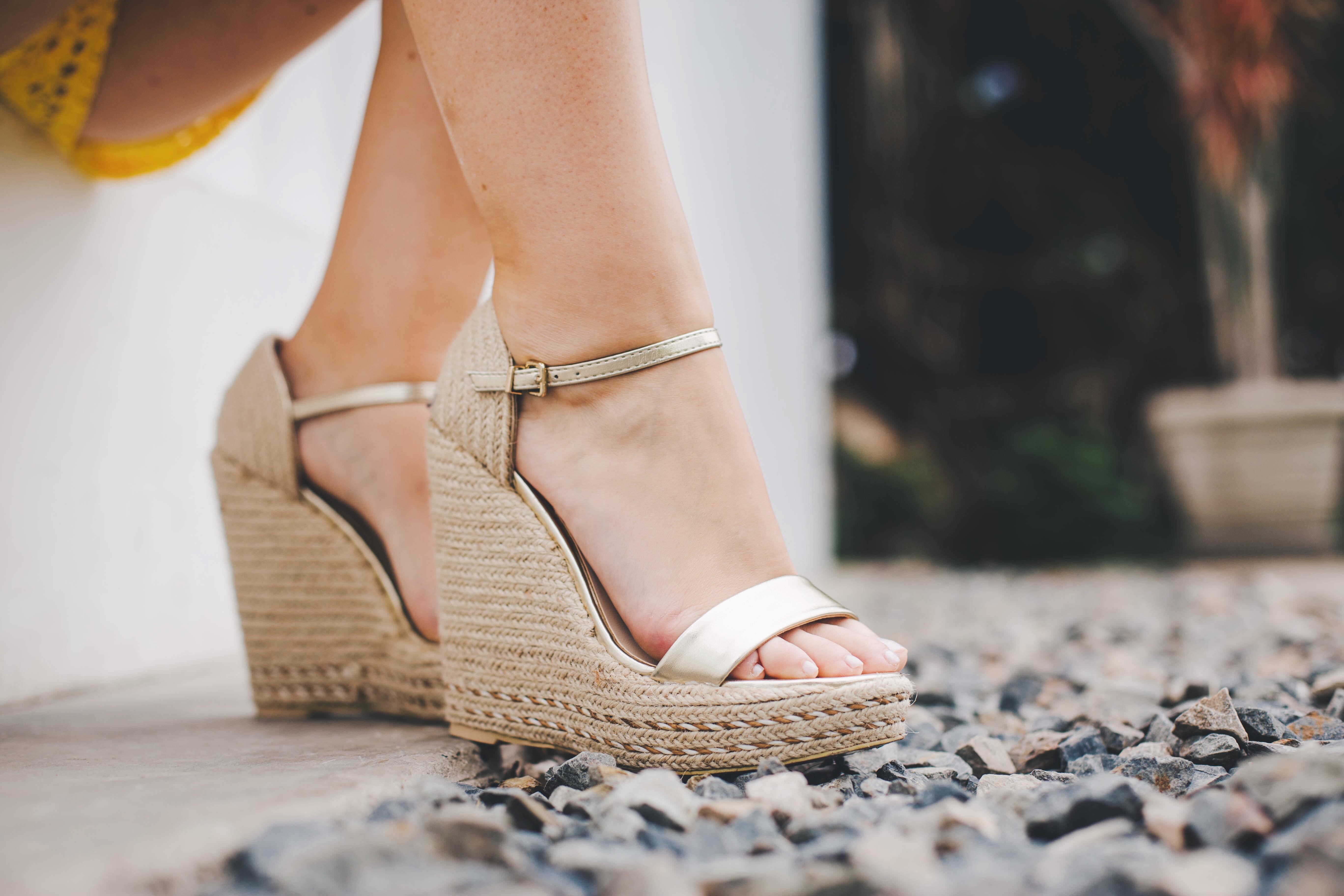 sandalias doradas con cuña