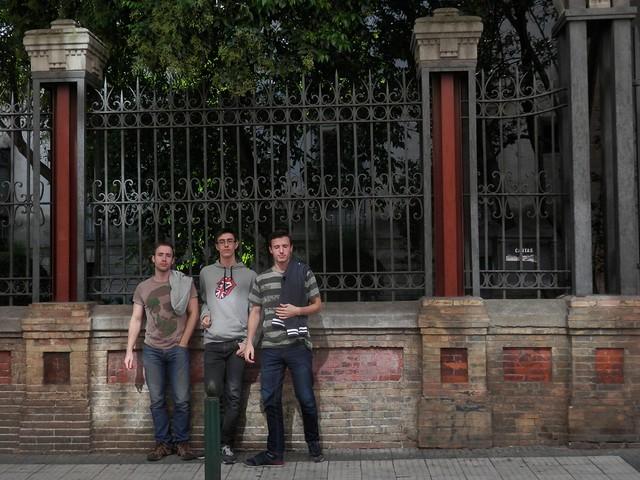 Chavales frente a la vieja escuela de teatro
