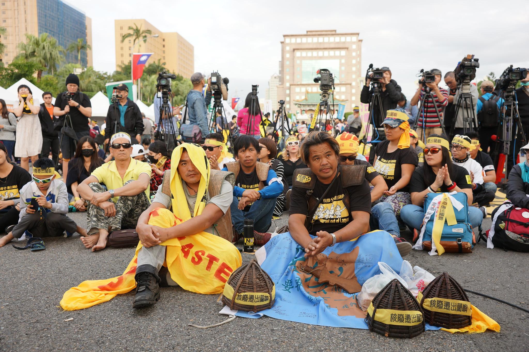 蘭嶼人在凱道第一線靜坐,呼籲蔡英文提出核廢料遷出時程表。(攝影:王顥中)