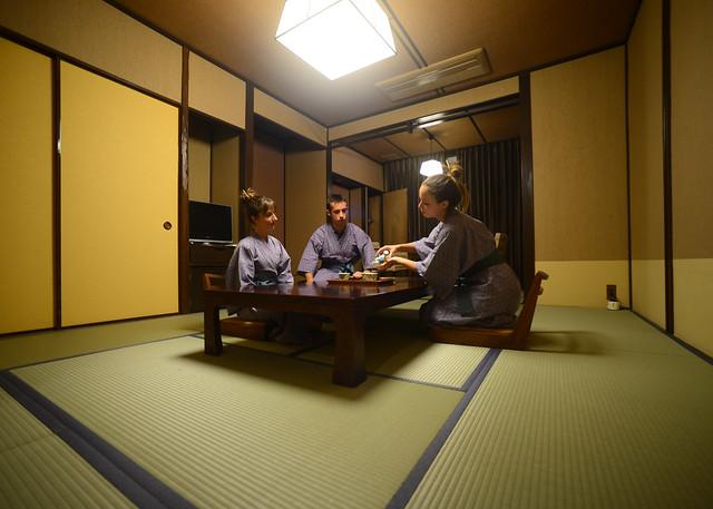 Sirviendo el té en una habitación típica japonesa en Hakone
