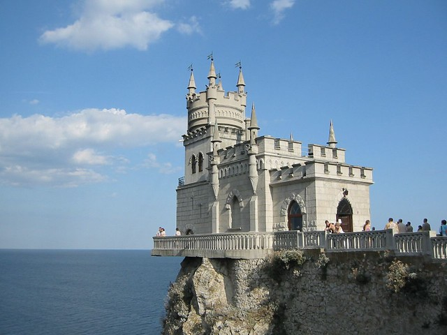The Swallow's Nest castle on the Aurora cliffs of cape Ai-Todor (2005-09-229)