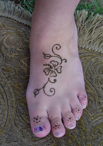 henna flower design | This simple little flower design ...