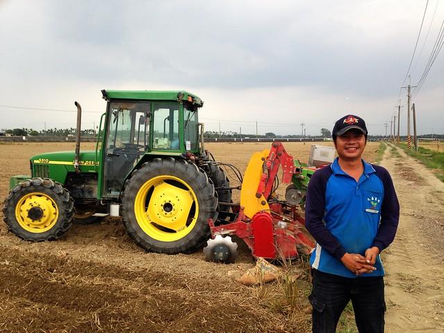 久盛農場陳安茂和他的紅豆播種機。攝影:廖靜蕙