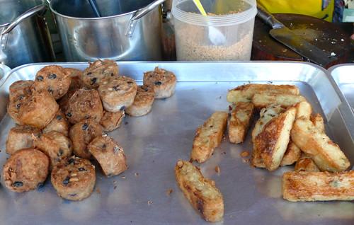 מימין: לביבות דאיקון. משמאל: עוגות טארו ושעועית שחורה