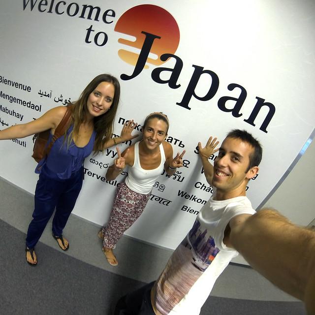 En el aeropuerto de Tokio frente a un cartel de Bienvenidos a Japón