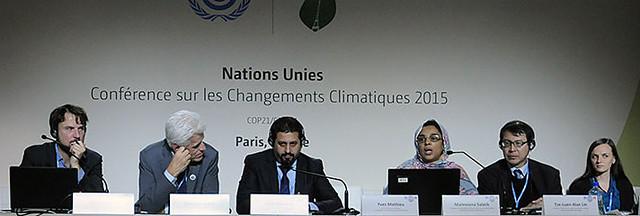 林子倫(右二)在巴黎氣候大會現場,他以 ICDI 國際氣候發展智庫主席的身分出席官方邊會,向大會報告「氣候與能源世界公民高峰會」(WWViews)的成果!